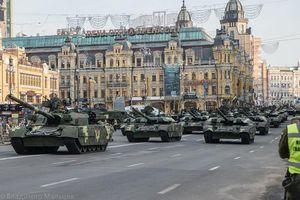 Ukraine duyệt binh khoe sức mạnh quân sự không thua kém Nga