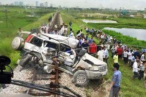 Tàu lửa tông ngang hông ô tô, 4 người trên xe thương vong