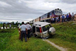 Ôtô bị tàu đâm trên đường về quê ăn rằm, hai người chết kẹt