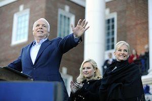 Lời chia sẻ xúc động của vợ, con gái Thượng nghị sĩ John McCain trên mạng xã hội