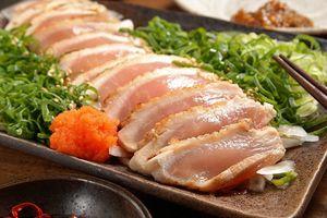Phổi và gan đầy giun vì ăn sushi từ thịt gà sống