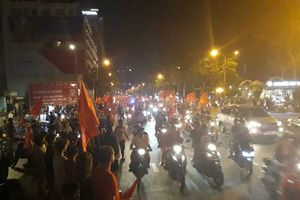 Sài Gòn náo nhiệt giữa khuya sau chiến thắng của Olympic Việt Nam