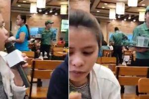 Cô gái 'nổi như cồn' trên mạng vì mang micro vào nhà hàng để gọi thêm cơm