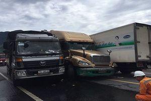 3 ô tô tải va chạm dính vào nhau tại trường tránh hầm nam Hải Vân