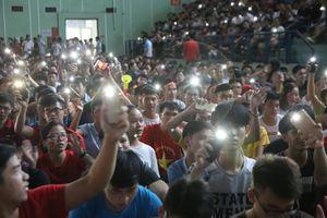 Hơn 3.000 sinh viên Bách khoa vừa bật đèn flash vừa hát hết từ Quốc ca tới 'Đường đến ngày Vinh Quang' dù dội nhà đang bị Hàn Quốc dẫn trước