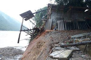 Mưa lớn gây sạt lở làm sập nhà dân, huyện Quan Hóa khẩn trương di dời các hộ ra khỏi vùng nguy hiểm