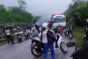 Sơn La: Sạt lở đất đá, bùn nhão tràn ra quốc lộ khiến giao thông tê liệt