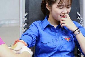 Hotgirl Nghệ-Tĩnh hiến máu khẽ nhăn mặt cũng làm 'vạn người mê'
