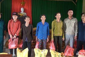 Trao 50 suất quà cho các gia đình khó khăn bị ảnh hưởng bão số 4 ở Quỳ Hợp