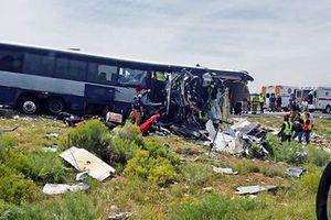 Mỹ: Xe đầu kéo đâm xe buýt trên cao tốc, ít nhất 7 người thiệt mạng
