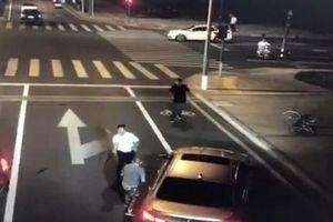 Người đi xe đạp điện chém chết tài xế BMW thổi bùng tranh cãi về hành vi tự vệ ở Trung Quốc
