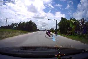 Ôtô 'cháy phanh', đánh lái gấp tránh xe đạp sang đường nguy hiểm