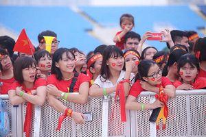 Olympic VN tới Mỹ Đình, hàng nghìn cổ động viên háo hức đợi giao lưu