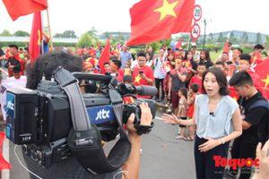 Đài truyền hình Hàn Quốc tới Nội Bài đưa tin về Olympic VN