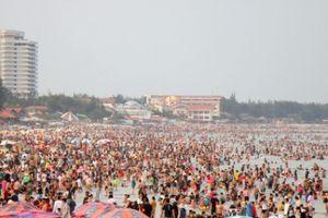Biển Vũng Tàu đông nghịt người ngày 2/9, hàng chục trẻ em lạc cha mẹ