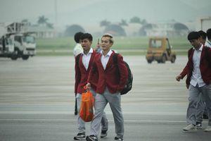 Olympic Việt Nam bước xuống chuyên cơ trong vòng tay người hâm mộ