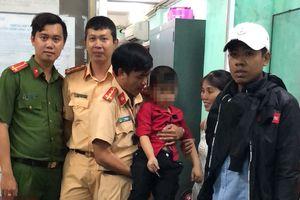 Cảnh sát chở bé trai đi tìm mẹ trong đêm