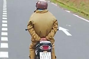 Người đàn ông đi xe máy liều lĩnh chắp 2 tay ra sau lưng đổ đèo Prenn