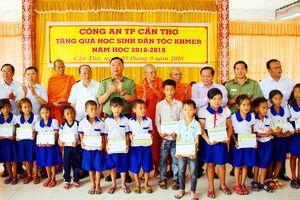 Công an Cần Thơ trao quà cho học sinh dân tộc Khơ-me nhân dịp năm học mới