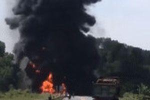 Xe bồn chở xăng cháy dữ dội trên cao tốc sau tai nạn