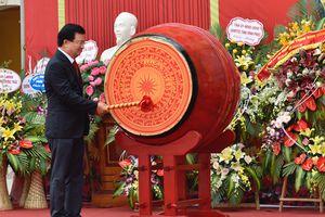 Phó Thủ tướng Trịnh Đình Dũng đánh trống khai trường tại Vĩnh Phúc