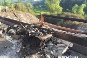 Hiện trường vụ xe bồn lao xuống cầu sau khi va chạm với ôtô con