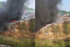 Nóng: Xe bồn bốc cháy dữ dội sau tai nạn trên cao tốc