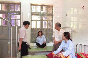 LĐLĐ tỉnh Yên Bái thăm CNLĐ nghi bị ngộ độc khí