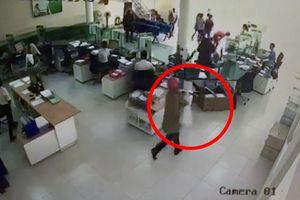 Bt c 2 nghi can cp ngân hàng ti Khánh Hòa