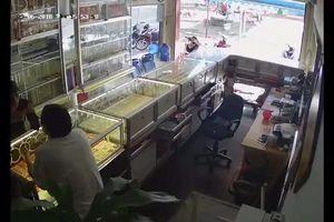 Đắk Lắk: Clip táo tợn cướp tiệm vàng giữa ban ngày
