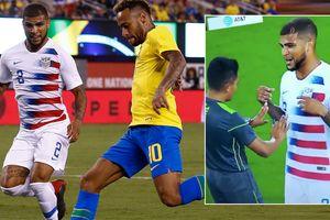 Hậu vệ tuyển Mỹ nổi xung với trọng tài vì pha ăn vạ của Neymar