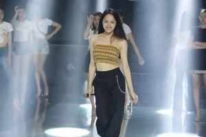 Clip: Hương Giang 'tả xung hữu đột' tập dợt cho Top 30 Siêu mẫu Việt Nam trước thềm chung kết