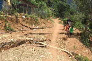 Sụt lún kéo dài cả km sau mưa đe đọa nhiều nhà dân và trường học