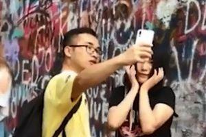 Cô gái dùng bạn trai để chụp ảnh selfie