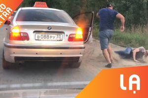 Khách vứt rác, bị tài xế Nga 'vứt' ra đường