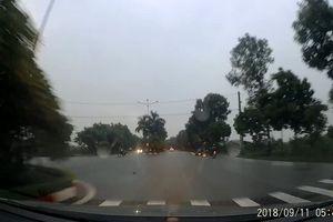Đi trên đường mưa ướt, 3 xe máy va chạm với nhau ở giao lộ