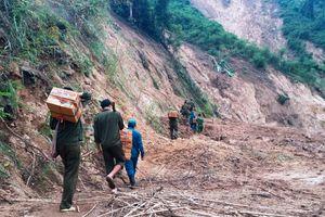Vượt đèo, lội suối 'cõng' hàng cứu trợ lên xã biên giới