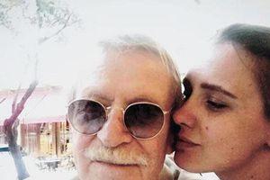 Bị từ chối ân ái, diễn viên 87 tuổi ly dị vợ 27 tuổi