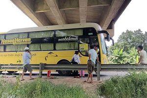 'Xe dù, bến cóc' bủa vây cao tốc Nội Bài - Lào Cai