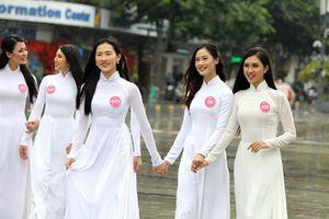 Thí sinh Hoa hậu khiến du khách ngẩn ngơ trên phố đi bộ