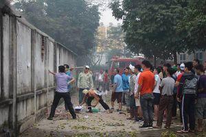 Phá tường thoát khỏi chảo lửa ở chợ Quang