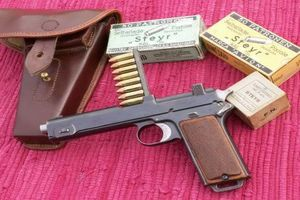 Cận cảnh khẩu súng ngắn tự động đầu tiên trên thế giới
