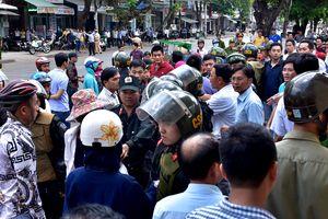 Người dân kéo đến trụ sở Công an Quảng Ngãi yêu cầu làm rõ vụ án