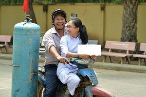 Xúc động hình ảnh ông bố đèo cả bình khí trên chiếc xe cũ kỹ tranh thủ đến trường dự lễ tổng kết năm học cùng con gái