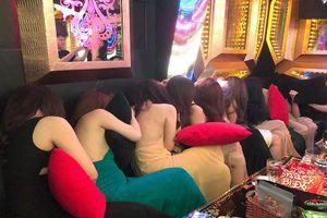 Đột kích 2 tụ điểm ăn chơi ở Sài Gòn, phát hiện hàng chục nữ tiếp viên ăn mặc 'thiếu vải' đang phục vụ các quý ông
