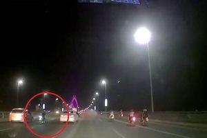 Nằm dài trên xe máy, thanh niên tử vong sau khi tông vào đuôi xe tải