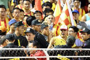 CĐV Nam Định xô xát với bảo vệ sân Thống Nhất
