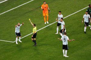 Giám sát Đoàn Phú Tấn: 'Họ muốn giữ Argentina lại rồi. Penalty rõ ràng, còn gì để cãi'