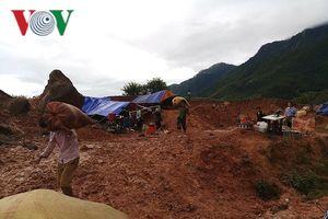 Các chiến sĩ công an Lai Châu vác thóc giúp dân chạy lũ