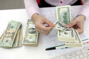 Giá USD ngân hàng xuống 23.000 đồng, thị trường tự do chưa hạ nhiệt
